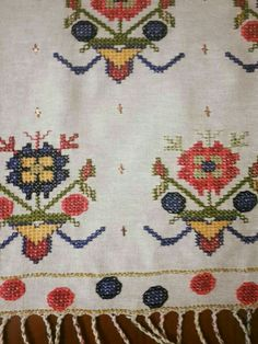 This Pin was discovered by Saa Embroidery Patterns Free, Embroidery Stitches, Knitting Patterns, Palestinian Embroidery, Linen Napkins, Bargello, Needlepoint, Needlework, Bohemian Rug