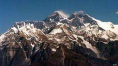 El sismo de magnitud 7,8 que sacudió Nepal el 25 de abril, además de cobrarse más de 8.700 vidas y destruir medio millón de casas, movió la montaña más alta del mundo.