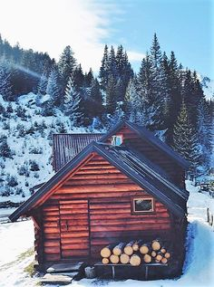 The Best Aspects of Log Cabin Kits - Modern Survival Living Winter Cabin, Cozy Cabin, Cabin Tent, Cabin Homes, Log Homes, Roof Styles, House Styles, Gable Roof Design, Cabins And Cottages