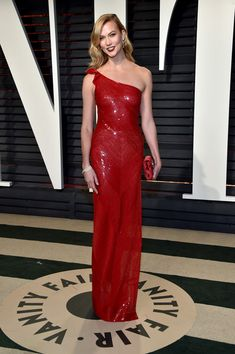 Karlie Kloss wearing Naeem Khan One Shoulder Sequin Embroidered Gown, Roger Vivier Evening Evelope Flowers Satin Clutch, Cartier Panthere De Cartier Earrings and Stuart Weitzman Gold Sultry Sandals Best Dressed 2017, Star Fashion, Fashion Models, Karlie Kloss Style, Cartier Panthere, Vanity Fair Oscar Party, Mini Vestidos, Elsa Hosk, Party Looks