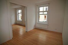 Helle Räume, Deckenstuck, aufgearbeitete Holztüren und ein toller Dielenboden bestimmen das Ambiente der Wohnung.