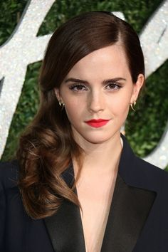 Use these brilliant brunette celebrities to inspire your next brown hair color. There are so many brown hair looks to choose from — whether honey brown or rich chocolate. Celebrity Eyebrows, Celebrity Beauty, Celebrity Quotes, Brunette Actresses, Brilliant Brunette, Brown Hair Looks, Medium Hair Styles, Long Hair Styles, Shoulder Length Hair