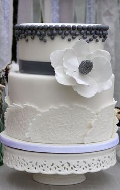I really like the different textures on this wedding cake - pretty