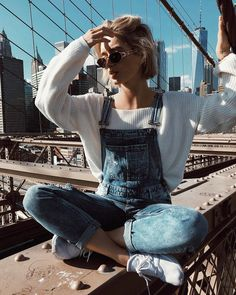 Sweater Overalls Outfit Sneakers Outfit Oversized Sweater Outfits Sweater season is upon us and we're bringing you 5 different ways to style your oversized sweater this fall, plus all the other outfit essentials! Mode Outfits, Casual Outfits, Fashion Outfits, Outfits With Overalls, Denim Overalls Outfit, Style Fashion, Womens Fashion, Overalls Style, 90s Fashion