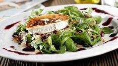 Ensalada de canónigos con queso de cabra, piñones y mermelada de fresa