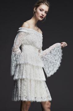 City hall wedding look Tadashi Shoji Pre-Fall 2017 collection. Tadashi Shoji, Fashion 2017, Runway Fashion, Fashion Trends, Mode Hijab, Fashion Show Collection, Bridal Style, Wedding Styles, Designer Dresses