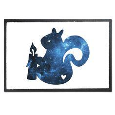 Fußmatte Druck Eichhörnchen mit Kerze aus Velour  Schwarz - Das Original von Mr. & Mrs. Panda.  Die wunderschönen Fussmatten von Mr. & Mrs. Panda sind etwas ganz besonderes. Alle Motive werden von uns entworfen und jede Fussmatte wird von uns in unserer Manufaktur selbst bedruckt und liebevoll an euch verschickt. Die Grösse der Fussmatte beträgt 60cm x 40cm.    Über unser Motiv Eichhörnchen mit Kerze  In besinnlichen Zeiten zünden wir uns gerne eine Kerze an. So auch das kleine Eichhörnchen…