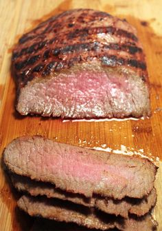 I've got the secret to grilling the best and most tender london broil you've ever had! Just a few simple steps and the right carving make this steak one of the best dinners for both family and guests. Baked London Broil, London Broil Marinade, London Broil Steak, Grilled London Broil, London Broil Recipes, Cooking London Broil, Sous Vide London Broil, London Broil Smoker Recipe, Gastronomia