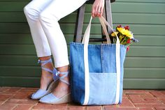 Trash To Couture: Earth Day DIY: Upcycled Jeans Shopping Bag Source by Trash To Couture, Diy Sans Couture, Diy Jeans, Denim Tote Bags, Diy Tote Bag, Jean Diy, Diy Clothes Tutorial, Diy Tutorial, Thrift Store Outfits