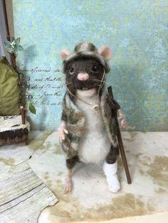 Naald vilten muis in Camouflage gewond ~ wol sculptuur ~ One of a Kind