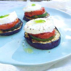 BBQ gegrilde groenten met mozzarella maak je heel eenvoudigen snel. Tomaten, courgette en aubergine grillen op de bbq. Als voorgerecht of bijgerecht. Grill