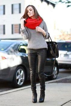 Cachecol super gola vermelha, suéter de tricô cinza, calça de couro preta, ankle boot preta