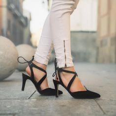 Estupendos salones que nos presenta Miriam Rodríguez en su blog MrBlog. Son de la Nueva Colección Primavera-Verano 2018 #giko #gikoshoes #woman Stiletto Heels, Pumps, Blog, Fashion, Spring Summer 2018, Salons, Shoes Sandals, Over Knee Socks, Choux Pastry