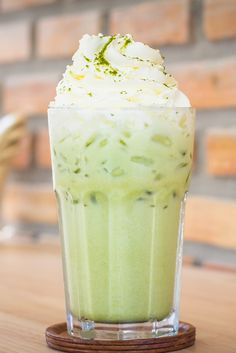 Have you tried an iced matcha latte? This sweet and creamy green tea beverage tastes amazing, and will give you a boost of energy. Matcha Tee Latte, Matcha Green Tea Latte, Dessert Drinks, Yummy Drinks, Desserts, Tea Recipes, Coffee Recipes, Matcha Tea Powder, Davids Tea