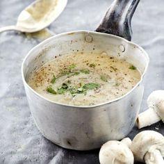 Η συνταγή που όλοι μου ζητάνε! Η πιο εύκολη μανιταρόσουπα που είναι πεντανόστιμη και «φτουράει», ταίζει δηλαδή πολύ κόσμο με ελάχισταχρήματα. Ταιριάζει απίστευτα με ζεστό σκορδόψωμο. Χρόνος προετοιμασίας: 45 λεπτά Βαθμός δυσκολίας:εύκολο Υλικά για 4 άτομα: 500 γρ. μανιτάρια λευκά σε φετάκια 1 ξερό κρεμμύδι ψιλοκομμένο 1 πράσσο σε ροδέλες