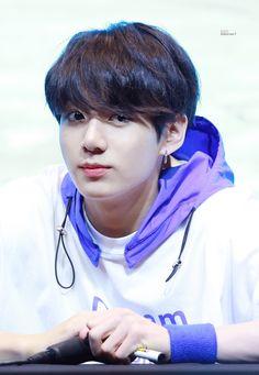 Oh my God he is very cute Maknae Of Bts, Jungkook Oppa, Kim Taehyung, Foto Jungkook, Bts Bangtan Boy, Namjoon, Hoseok, Jungkook 2018, Jungkook Smile