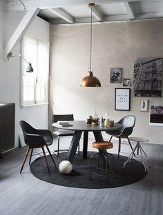 KARWEI | In combinatie met koperen en lederen meubelen en accessoires geef je een zwart-wit interieur een industriële look. #woonwekenbijkarwei