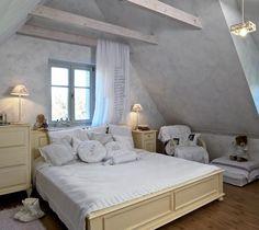 Ložnice paní Lenky: romantický půdní pokoj s přiznanými krovy, dobovým nábytkem a spoustou polštářů.