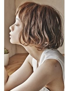 ドゥーア Door サイドシルエットが可愛いボブ♪ Short Bob Hairstyles, Girl Hairstyles, Cut Her Hair, Hair Cuts, Shot Hair Styles, Long Hair Styles, Belle Silhouette, How To Curl Short Hair, Hair Arrange