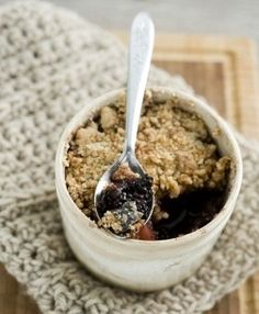 There is nothing quite like digging into a steaming hot bowl of fruit crumble to make you feel happy and this slimming world fruit crumble recipe not only Slimming World Sweets, Slimming World Puddings, My Slimming World, Slimming World Recipes, Low Syn Cakes, Healthy Desserts, Healthy Recipes, Healthy Puddings, Sugar Detox Diet