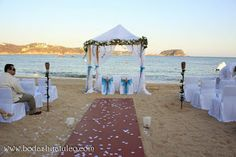 Decoración de ceremonia con detalles en color azul ideal para tu boda en playa por Bodas Huatulco