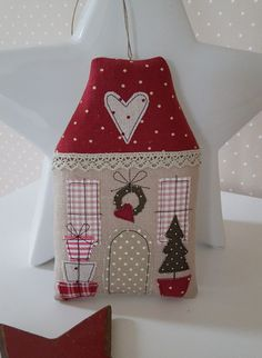 Christmas Crafts Sewing, Handmade Christmas Decorations, New Years Decorations, Christmas Makes, Christmas Time, Pinterest Christmas Crafts, Christmas Wall Hangings, Craft Stalls, House Quilts