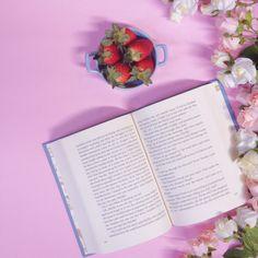 Books, strawberry and flowers @quenuncanosfaltelivros