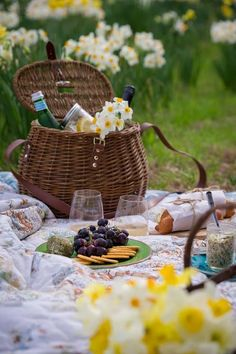 Allen Smith ~ a picnic on Mother's Day is a nice change than lunch at a restraint. Picnic Spot, Picnic Time, Picnic In The Park, Summer Picnic, Picnic Parties, Spring Summer, Carne Asada, Country Picnic, Allen Smith