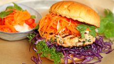 Grillet lakseburger med sursøte grønnsaker og chilidressing Salty Foods, Frisk, Different Recipes, Veggie Recipes, Salmon Burgers, Food Inspiration, Barbecue, Food To Make, Seafood