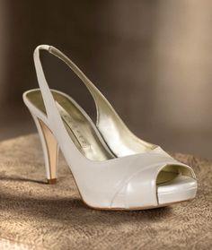Zapatos en color blanco para novia con punta abierta - Foto Pronovias