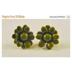 ON SALE Vintage Enamel Flower Earrings Olive Green MOD So Cute ($14) ❤ liked on Polyvore featuring jewelry, earrings, enamel earrings, enamel flower jewelry, vintage flower jewelry, mod jewelry and vintage jewelry