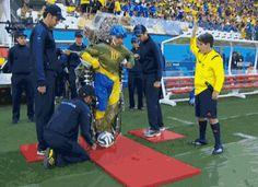 Para quem não viu ( já que a Fifa não deu a devida atenção ) o chute inicial na abertura da Copa por um deficiente usando um exoesqueleto desenvolvido por brasileiros.  Jamilcredi Consignados na torcida!