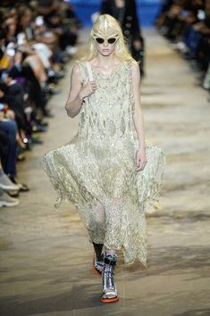Louis Vuitton Spring Summer 2022 by RUNWAY MAGAZINE. Read review and see ALL LOOKS here. Star Fashion, Runway Fashion, Paris Fashion, Womens Fashion, Runway Magazine, Fashion Today, Fashion Show Collection, Designer Dresses, Evening Dresses