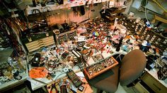 La acumulación desordenada de documentos y las tazas de café esparcidas por todo su escritorio puede ayudarle a proyectar una imagen de alguien que trabaja a todo ritmo; pero en realidad, este caos podría estar perjudicándolo, opinan Boyoun Chae y Rui Zhu de Harvard Business Review.
