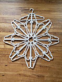 Snowflake Craft, Snowflake Ornaments, Christmas Snowflakes, Christmas Art, Christmas Wreaths, Dyi Snowflakes, Dollar Tree Crafts, Christmas Crafts, Hanger Crafts