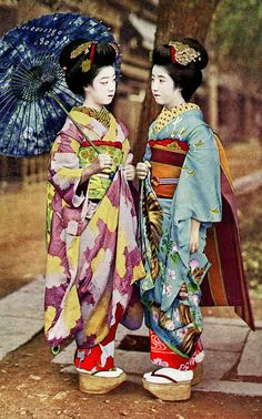 Maiko Hatsuko and Maiko Hiroko Maiko (舞妓?) is an apprentice geisha in… Japanese Costume, Japanese Kimono, Japanese Art, Japanese History, Geisha Kunst, Geisha Art, Geisha Japan, Yukata, Photo Japon