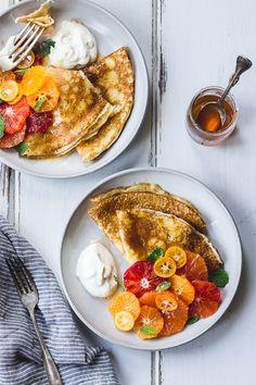 シンプルなクレープに、ホイップクリームとはちみつ、お好みのフルーツを添えて。 ひとつひとつはスタンダードなのに、盛り付け次第でこんなに豪華に! おもてなしの一皿におすすめですよ。