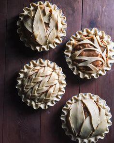 Inspirational Pie Crust Designs-And Great Pie Recipes! Pastel Art, Pie Dessert, Dessert Recipes, Baking Desserts, Creative Pie Crust, Pie Crust Designs, Pies Art, Sweet Pie, Crust Recipe