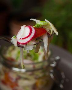 sommerlicher Salat mit Radieschen und Kohlrabi