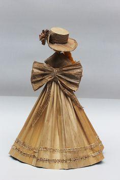 Dolls hand made. Vendedora de frutas. Pequeña escultura en calceta de plátano. Estructura en alambre. Artesanía.