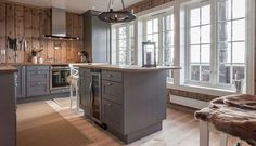 hytte møbler - Google Search Cabin Homes, Log Homes, Log Home Kitchens, Dark Kitchens, Zen House, Luxury Cabin, New Kitchen Designs, Cabin Interiors, Home Staging