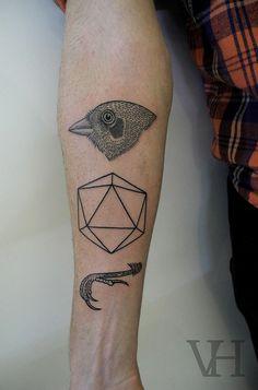 """De cabeça de pássaro, uma forma geométrica e um""""pé"""" de pássaro."""