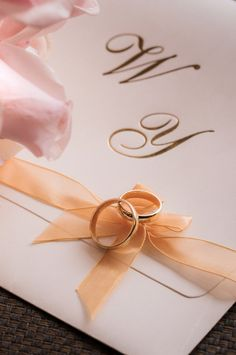 ¿Titanio, platino, carbono, cobalto, plata u oro? elige tu preferido.    #Matrimoniocompe #Organizaciondebodas #Matrimonio #Novios #TipsNupciales #CaminoAlAltar #MatriPeru #BodaPeru #ArosDeMatrimonio #ArgollasDeMatrimonio #AlianzasDeBoda #ArosDePlata #ArosDeOro Place Cards, Place Card Holders, Gift Wrapping, Gifts, Poses, Instagram, Jewelry, Dresses, Wedding Rings