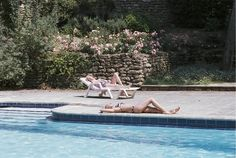 Charlotte Rampling and Ludivine Sagnier in Swimming Pool - À Beira da Piscina Swimming Pool Film, Ludivine Sagnier, Charlotte Rampling, Cinema, Am Meer, Outdoor Furniture, Outdoor Decor, Strand, Celebs