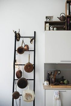 En la cocina utiliza una escalera para colgar las ollas. Qué tal esta idea?