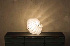 Die L16 Lampen Serie besteht aus Acrylglas und verleiht dadurch der Lampe ihren individuellen Charme. Durch die verschiedenen Färbungen und Durchlässigkeiten des Acrylglas entsteht eine besonders angenehme und individuelle Beleuchtung.  Lampe weiß, Lampenschirm grafisch, Acrylglas Leuchte weiss, Hängelampe, Boden Lampe Wohnzimmerlampe, Esstischleuchte, hipster lampe, sale von UnikatUndKleinserie auf Etsy