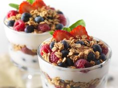 Learn some cool recipes to make a Healthy High Protein Skinny Snacks made with Greek Yogurt. In this recipes we use banana, strawberries, granola and honey. Healthy Breakfast Recipes, Healthy Snacks, Healthy Yogurt, Dessert Healthy, Healthy Breakfasts, Protein Snacks, Healthy Eating, Parfait Recipes, Snacks Saludables