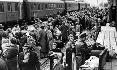 Vluchtende Hongaren wachtend op hun trein bij de grens.... Hegyeshalom...