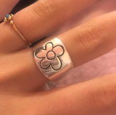 #daisyring #daisyjewelry #aestheticjewelry #flowerring #flowerjewelry Hand Jewelry, Cute Jewelry, Aesthetic Rings, 90s Aesthetic, Nail Accessories, Fashion Accessories, Daisy Ring, Jewelry Tattoo, Rings For Girls