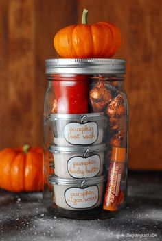 Pumpkin Pampering Mason Jar Gift - Filled with Homemade Pumpkin Foot Soak, Body Butter, Sugar Scrub, Pumpkin Candy and a Pumpkin Candle. Recipes for Body Care Items with Free Printable Labels Included. Mason Jar Gifts, Mason Jar Diy, Gift Jars, Pumpkin Candles, Diy Pumpkin, Mason Jar Pumpkin, Jar Candles, Scented Candles, Pumpkin Spice